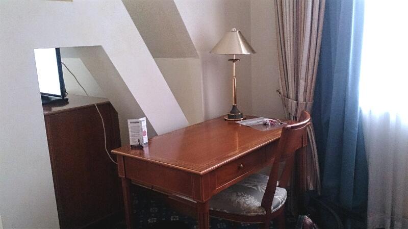 Hotel-Rotes-Ross-Zimmertisch