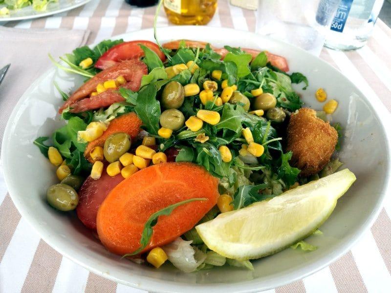 Salat im Tocca Restaurant in Barcelona